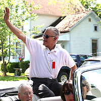 CANASTOTA, NY - JUNE 14: Boxing commentator and inductee Jim Lampley waves to the crown during the parade at the International Boxing Hall of Fame induction Weekend of Champions events on June 14, 2015 in Canastota, New York. (Photo by Alex Menendez/Getty Images) *** Local Caption *** Jim Lampley