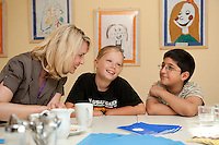 24 AUG 2009, BERLIN/GERMANY:<br /> Manuela Schwesig, SPD, Sozialministerin Mecklenburg-Vorpommern und Mitglied im Team S teinmeier, im Gespraqech mit Vanessa Pruegel (10 Jahre), und Hassan Onat (10 Jahre alt), (v.L.n.R.), waehrend dem Besuch des Familienzentrums Mehringdamm, Berlin-Kreuzberg<br /> IMAGE: 20090824-03-074<br /> KEYWORDS: Kind, Kinder, Kindergarten, Gespräch, Gespraech