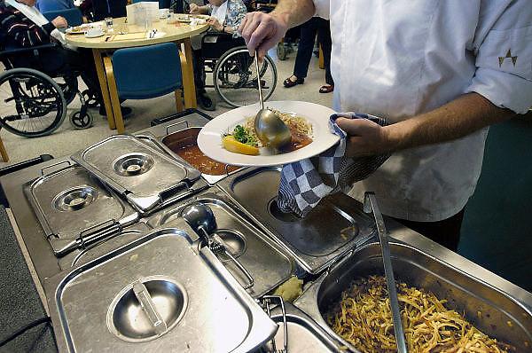 Nederland, Nijmegen, 20-10-2012In een verzorgingshuis worden de warme maaltijden apart opgeschept en samengesteld. Instelling voor ouderen, voeding, eten, keuken, kok, kwaliteit voedsel. Ook oudere buurtbewoners komen hier eten.Foto: Flip Franssen