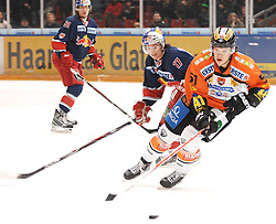 28.12.2010, Eisstadion Liebenau, Graz, AUT, EBEL, Graz 99ers vs EC Red Bull Salzburg, im Bild Taylor Holst (17, EC Red Bull Salzburg), Daniel Woger (51, Moser Medical Graz 99ers), EXPA Pictures © 2010, PhotoCredit: EXPA/ J. Hinterleitner