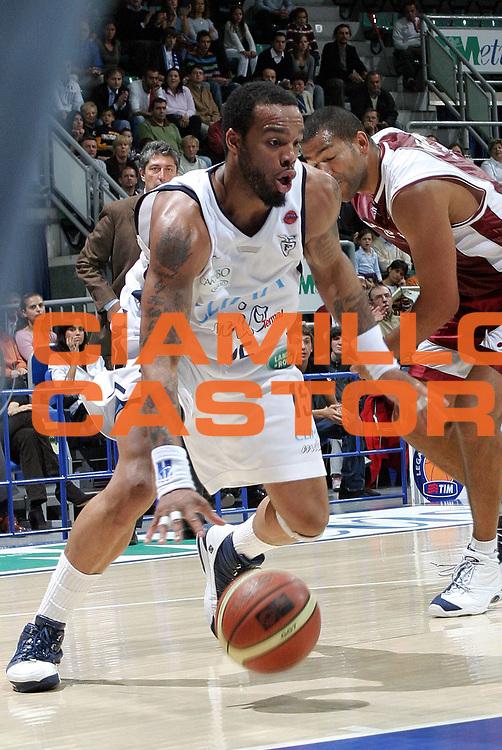 DESCRIZIONE : Bologna Lega A1 2006-07 Climamio Fortitudo Bologna TDshop.it Livorno <br /> GIOCATORE : Thomas <br /> SQUADRA : Climamio Fortitudo Bologna <br /> EVENTO : Campionato Lega A1 2006-2007 <br /> GARA : Climamio Fortitudo Bologna TDshop.it Livorno <br /> DATA : 22/10/2006 <br /> CATEGORIA : Penetrazione <br /> SPORT : Pallacanestro <br /> AUTORE : Agenzia Ciamillo-Castoria/L.Villani