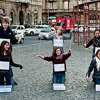 Flash mob studenti burattini