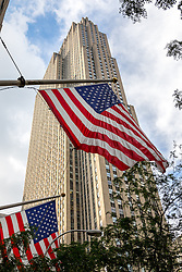 THEMENBILD - Das Rockefeller Center ist ein Gebaeudekomplex aus 19 Geschäftsgebäuden zwischen der 48th und der 51st Street in New York City. Beauftragt von der Rockefeller Familie steht es in Midtown Manhattan und nimmt das Gebiet zwischen Fifth Avenue und Sixth Avenue ein, im Bild ist die Sued-Ost Seite des 30 Rockefeller Center mit amerikanischen Flaggen, Aufgenommen am 08. August 2016 // Rockefeller Center is a complex of 19 commercial buildings between 48th and 51st Streets in New York City. Commissioned by the Rockefeller family, it is located in the center of Midtown Manhattan, spanning the area between Fifth Avenue and Sixth Avenue. This picture shows the south east side of the 30 Rockefeller Center with American flags, New York City, United States on 2016/08/08. EXPA Pictures © 2016, PhotoCredit: EXPA/ Sebastian Pucher