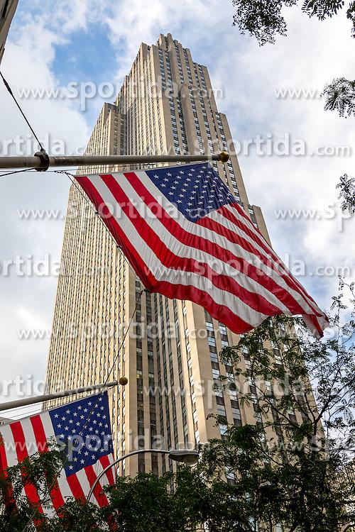 THEMENBILD - Das Rockefeller Center ist ein Gebaeudekomplex aus 19 Geschäftsgebäuden zwischen der 48th und der 51st Street in New York City. Beauftragt von der Rockefeller Familie steht es in Midtown Manhattan und nimmt das Gebiet zwischen Fifth Avenue und Sixth Avenue ein, im Bild ist die Sued-Ost Seite des 30 Rockefeller Center mit amerikanischen Flaggen, Aufgenommen am 08. August 2016 // Rockefeller Center is a complex of 19 commercial buildings between 48th and 51st Streets in New York City. Commissioned by the Rockefeller family, it is located in the center of Midtown Manhattan, spanning the area between Fifth Avenue and Sixth Avenue. This picture shows the south east side of the 30 Rockefeller Center with American flags, New York City, United States on 2016/08/08. EXPA Pictures © 2016, PhotoCredit: EXPA/ Sebastian Pucher