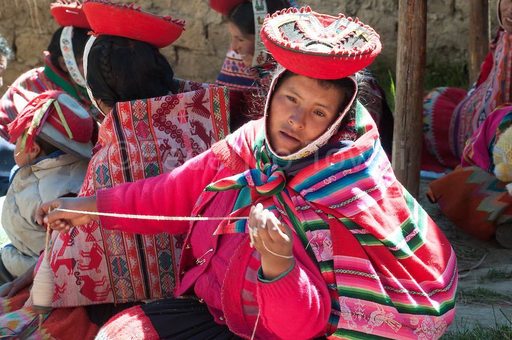 In the village of Patacancha site on  between the Sacred Valley and  Lares, the NGO Aranwa works with a large group of women both in the field of textile craft in which that responsible tourism. It's a way to create development while safeguarding indigenous cultural identity .