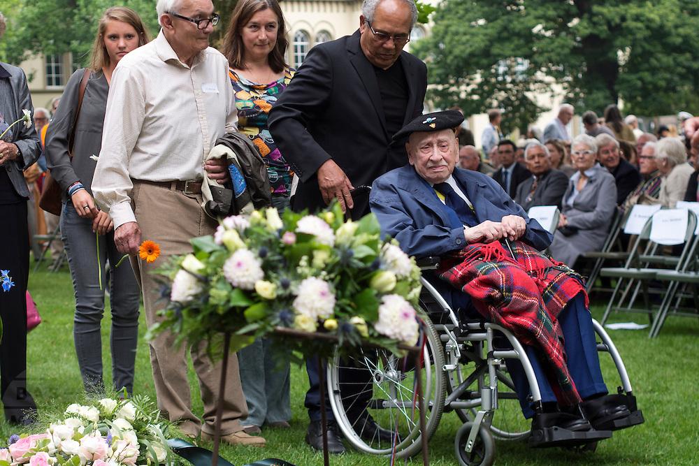 Veteranen en nabestaanden leggen bloemen bij het monument. In Arnhem worden op het landgoed van Het Koninklijk Tehuis voor Oud-Militairen en Museum Bronbeek de slachtoffers van de Birma Siam en de Pakanbaru spoorlijnen herdacht. Bij de aanleg van deze twee 'dodenspoorwegen' tijdens de Tweede Wereldoorlog zijn veel slachtoffers gevallen onder de dwangarbeiders die door de Japanse bezetter tewerk zijn gesteld.<br /> <br /> In Arnhem at the property of The Royal Home for Former Soldiers and Museum Bronbeek the victims of Burma and Siam railway Pakanbaru are commemorated. In the construction of these two 'dead railways' during World War II, many casualties among the convicts who are employed by the Japanese are made.