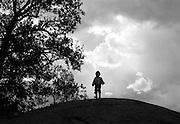 Pojke på klipphäll