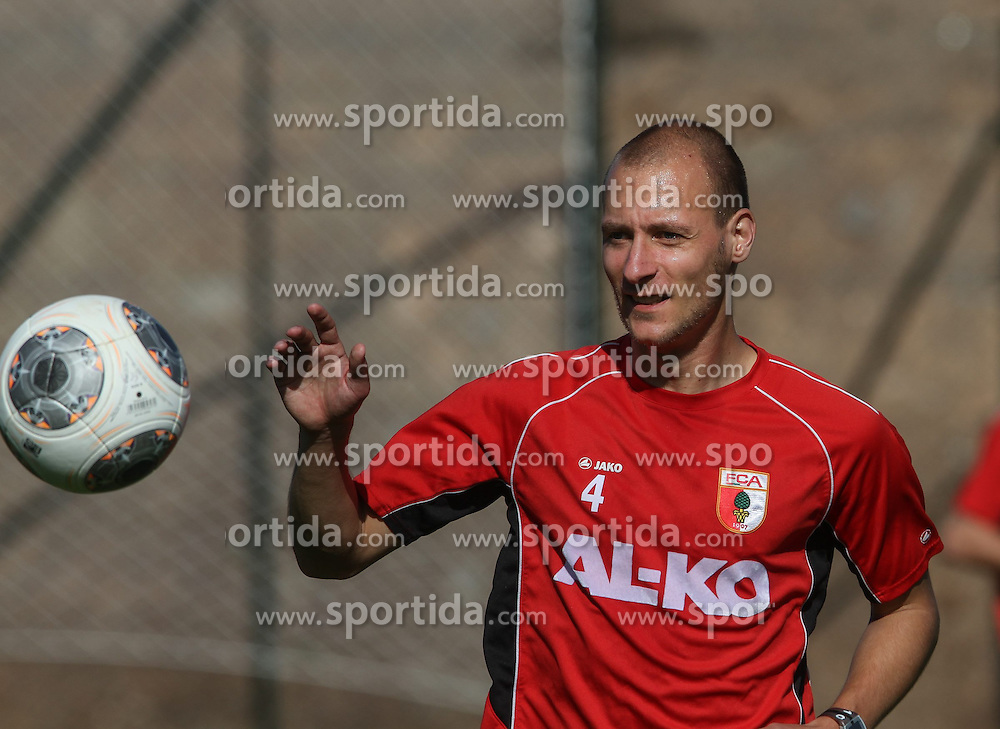 11.01.2014, Maspalomas, Gran Canaria, ESP, 1. FBL, FC Augsburg, Trainingslager, im Bild Dominik Reinhardt (FC Augsburg #4) fixiert den Ball, Einzelbild, angeschnitten, angeschnittenes Einzelmotiv, Halbfigur, halbe Figur, quer, Querformat, horizontal, landscape, // during the Trainingscamp of German Bundesliga Club FC Augsburg at the Maspalomas in Gran Canaria, Spain on 2014/01/11. EXPA Pictures &copy; 2014, PhotoCredit: EXPA/ Eibner-Pressefoto/ Krieger<br /> <br /> *****ATTENTION - OUT of GER*****