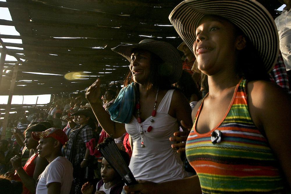 Aficionadas reaccionan durante una corraleja en Arenal, Bolivar, Colombia