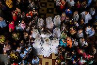 Entrada de las Montezuma Cabezona a la iglesia.  .Celebración de la fiesta religiosa católica del Corpus Christi, en la ciudad de La Villa provincia de Los Santos, República de Panamá..Esta tradición que se celebra anualmente mantiene un relación directa entre la iglesia y la tradición folclorica como las danzas y costumbres. .Foto: Ramon Lepage / Istmophoto.