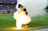 FUSSBALL  EUROPAMEISTERSCHAFT 2012   VORRUNDE Italien - Kroatien                    14.06.2012 Ein Ordner kümmert sich um auf den Platzt geworfene Pyrotechnik