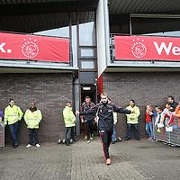 Nederland, Amsterdam , 1 mei 2012..Donderdagmiddag vanaf 17.00 uur mogen aanhangers van Ajax eindelijk nabij de Amsterdam Arena het landskampioenschap vieren. Al enkele weken was het onoverkomelijk dat Ajax de titel zou grijpen, maar sinds woensdag, na de 2-0 zege op VVV, is de titel ook officieel binnen..Op de foto de spelers van Ajax lopen omringd door fans het veld op voor laatste training voor wedstrijd tegen VVV  waarbij publiek mag komen kijken..Speler Christian Eriksen  loopt het veld op..Foto:Jean-Pierre Jans
