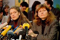07.01.1999, Deutschland/Bonn:<br /> Antje Radcke und Gunda R&ouml;stel, Sprecherinnen des Bundesvorstandes B90/Gr&uuml;ne, w&auml;hrend einer Pressekonferenz zur Bundesvorstandsklausur von B&uuml;ndnis 90 / Die Gr&uuml;nen, Bundesgesch&auml;ftsstelle, Bonn  <br /> IMAGE: 19990107-02/01-21<br /> KEYWORDS: Gunda Roestel, Mikrofone, microphone