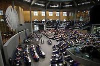 01 JUL 2005, BERLIN/GERMANY:<br /> Uebersicht Plenarsaal, waehrend der Rede von Angela Merkel, CDU Bundesvorsitzende, Bundestagsdebatte zum Antrag des Bundeskanzlers gem. Artikel 68 Grundgesetz, Stellung der Vertrauensfrage, Plenum, Deutscher Bundestag<br /> IMAGE: 20050701-02-062<br /> KEYWORDS: Übersicht, Bundesadler, voll