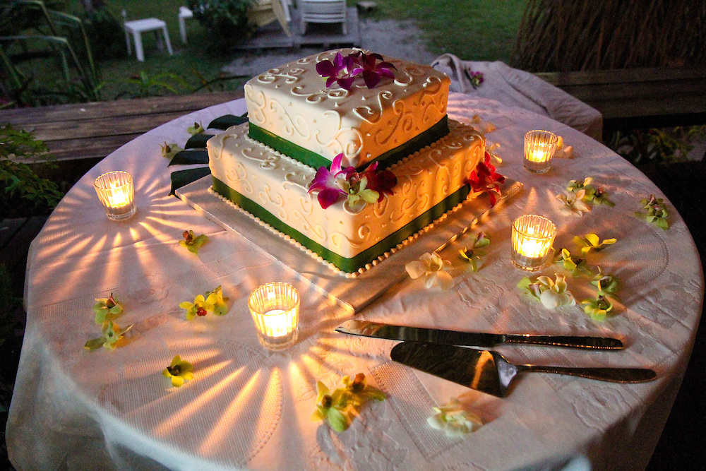 Wedding Cake Costa Rica, two tier wedding cake, green wedding cake, wedding cake with green accents, wedding cake with orchids, simple wedding cake. Photographers in Costa Rica, getting married in costa rica, costa rica marriage requirements, costa rica photography, costa rica marriage traditions, wedding cr