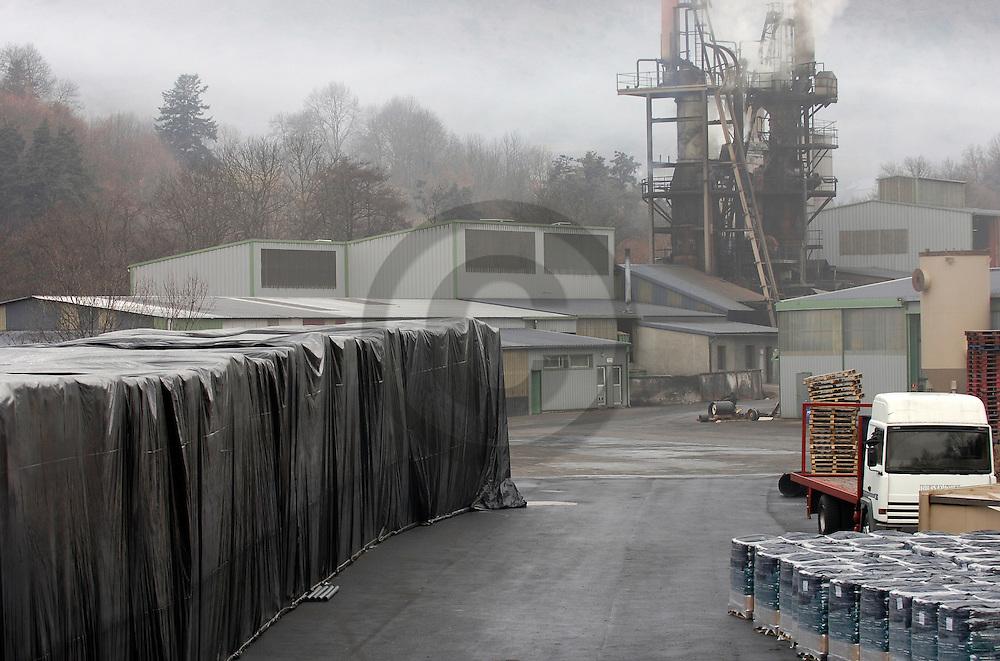 12/01/06 - CANTAL - FRANCE - Entreprise de fabrication de charbon de bois - Photo Jerome CHABANNE