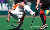 BLOEMENDAAL - Ronald Brouwer van Bloemendaal gaat hard onderuit, zondag tijdens de competitiewedstrijd hockey bij de mannen tussen Bloemendaal en Amsterdam (3-1).  COPYRIGHT KOEN SUYK