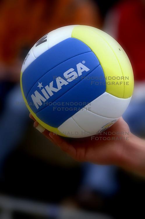 25-08-2006: VOLLEYBAL: NESTEA EUROPEAN CHAMPIONSHIP BEACHVOLLEYBALL: SCHEVENINGEN<br /> Mikasa beachball - beach item<br /> ©2006-WWW.FOTOHOOGENDOORN.NL
