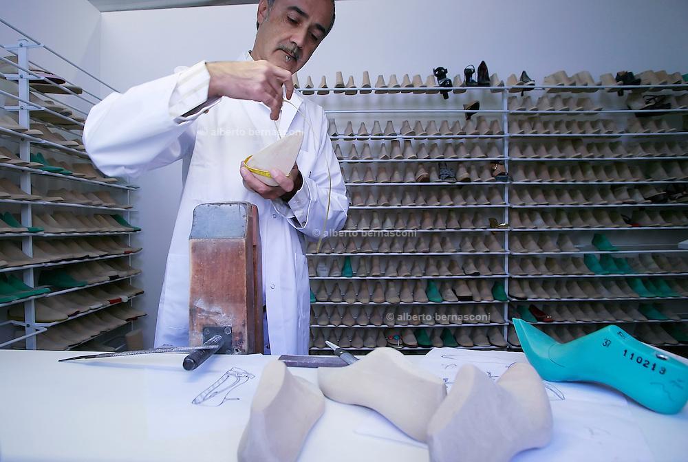 """Fiesso, Padova: fabbrica scarpe Louis Vuitton, lavorazione del """"calco"""" della scarpa. Italy, Padoa, louis vuitton shoe factory."""