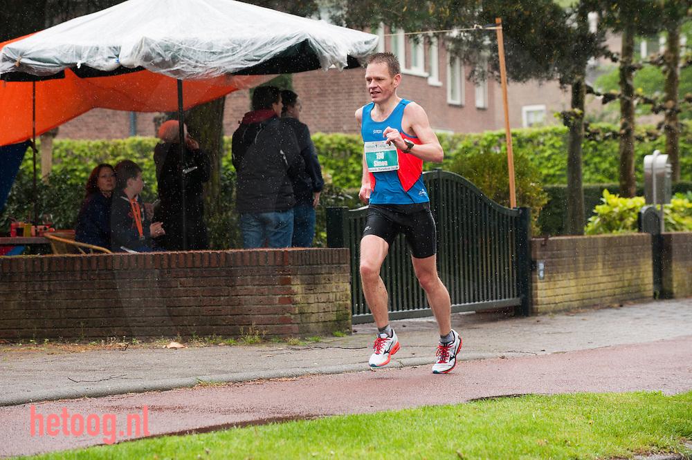 enschede, 27april2014 Simon engelberts  tijdens de marathon op de noord-esmarkerrondweg enschede