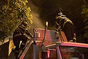 SÃO PAULO, SP, 22.08.2015 - INCENCIO-SP - Incendio atinge caçamba de caminhão de coleta de lixo na Rua Cuba, região sul de São Paulo no inicio da noite desse sábado (22), por volta das 19:30, não ouve feridos. (Foto: Marcelo Brammer / Brazil Photo Press)