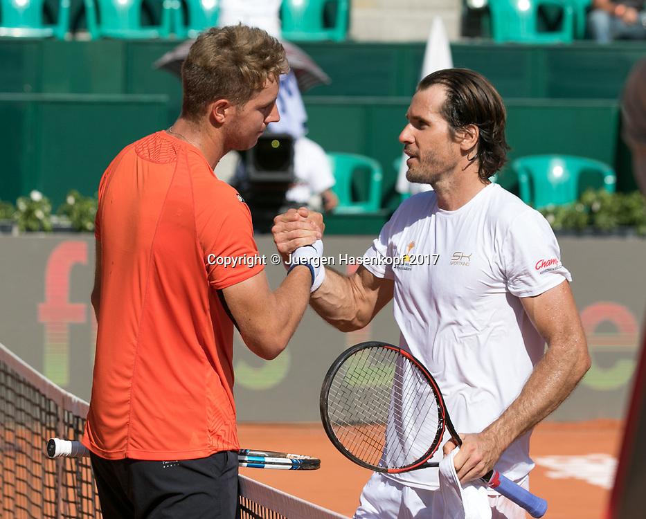 TOMMY HAAS (GER) gratuliert dem Sieger JAN-LENNARD STRUFF (GER)<br /> <br /> Tennis - Generali-Kitzbuehel-Open2017 - ATP 250 -  Kitzbuehler Tennis Club - Kitzbuehel - Tirol - Oesterreich  - 1 August 2017. <br /> &copy; Juergen Hasenkopf