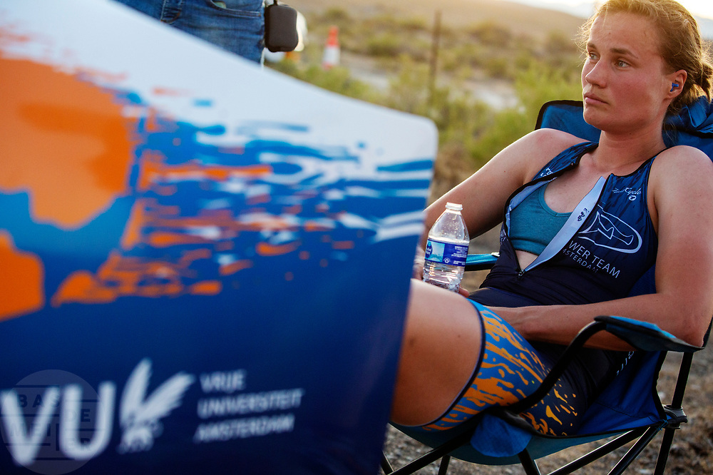 Rosa Bas is teleurgesteld na de avondrun op de zevende en laatste racedag. Het Human Power Team Delft en Amsterdam, dat bestaat uit studenten van de TU Delft en de VU Amsterdam, is in Amerika om tijdens de World Human Powered Speed Challenge in Nevada een poging te doen het wereldrecord snelfietsen voor vrouwen te verbreken met de VeloX 9, een gestroomlijnde ligfiets. Dat staat sinds 13 september 2019 op naam van Ilona Peltier met 126,52 km/u. De Canadees Todd Reichert is de snelste man met 144,17 km/h sinds 2016.<br /> <br /> With the VeloX 9, a special recumbent bike, the Human Power Team Delft and Amsterdam, consisting of students of the TU Delft and the VU Amsterdam, wants to set a new woman's world record cycling in September at the World Human Powered Speed Challenge in Nevada. The current record is 126,52 km/h by Ilona Peltier.  The fastest man is Todd Reichert with 144,17 km/h.