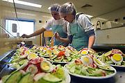 """Nederland, Weert, 20-12-2007..VMBO school """"het Kwadrant"""". In een keuken leren leerlingen voedsel te bereiden voor de horeca. Zoals een salade...Foto: Flip Franssen/Hollandse Hoogte"""
