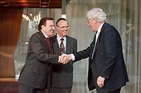 28.04.1999, Deutschland/Bonn:<br />  Gerhard Schröder, SPD, Bundeskanzler, und Hans Eichel, SPD, Bundesfinanzminister,  begrüßen Willem Frederik Duisenberg, Präsident der Europäischen Zentralbank, vor einem gemeinsamen Gespräch, Kanzler-Bungalow, Bundeskanzleramt, Bonn<br /> IMAGE: 19990428-01/02-08<br /> KEYWORDS: Gerhard Schroeder