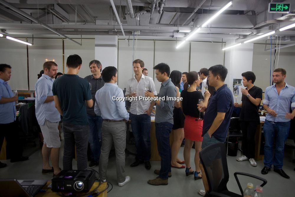 BEIJING, AUG.3, 2012 : Mitarbeiter des Stararchitekten Ole Scheeren waherend eines informelen Meetings an einem Freitag Abend im Ole Scheeren Buero.