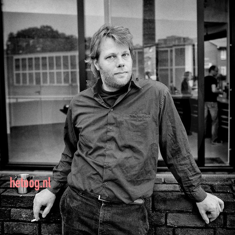 nederland, enschede  29 april2014 Michiel de Wit architect / kunstenaar bij /in het huis van/met een opdrachtgever aan de Lonnekerspoorbaan in Enschede Foto Cees Elzenga/hetoog.nl