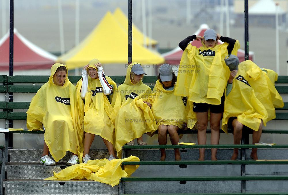 24-08-2006: VOLLEYBAL: NESTEA EUROPEAN CHAMPIONSHIP BEACHVOLLEYBALL: SCHEVENINGEN<br /> Publiek in de regen , smart<br /> &copy;2006-WWW.FOTOHOOGENDOORN.NL