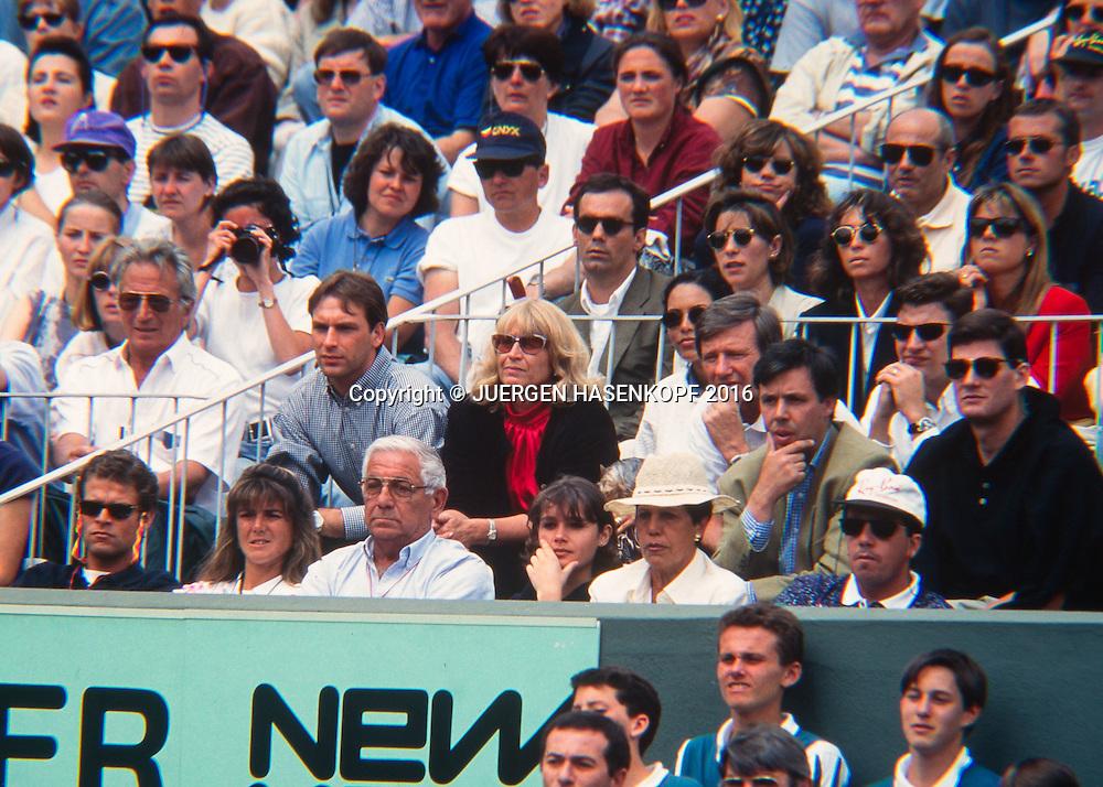 vorne sitzt der Arantxa Sanchez-Vicario Clan, L-R, Ehemann,Vater,Mutter, dahinter, Graf Clan,Steffi Graf Freund Michael Bartels,Mutter Heidi Vater Peter und Bruder Michael,<br /> Damen Endspiel, Roland Garros, French Open 1995<br /> <br /> Tennis - French Open 1995 - Grand Slam ATP / WTA -  Roland Garros - Paris -  - France  - 28 November 2016.