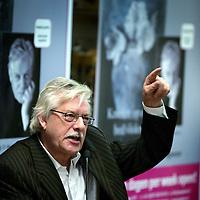 """Nederland,Den Haag,11 december 2005..Schrijver Jan Siebelink is te gast voor een interview in boekhandel Paagman en signeert  zijn laatste roman """"Knielen op een bed violen""""."""
