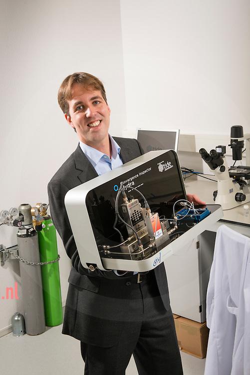 nederland, enschede, 21 okt2013 dr. Wim van Hoeve managing director Tide Microfluidics kennispark twente. Met apparaat om kleine belletjes te maken die kan dienen als contrastvloeistof voor medische toepassingen.