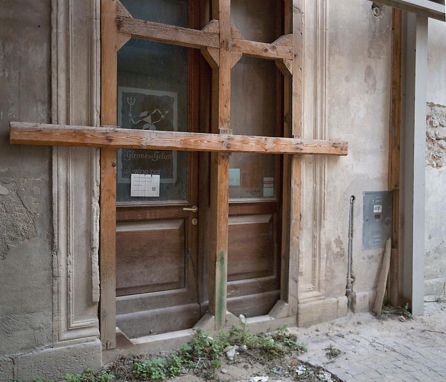 Negozio abbandonato dopo il terremoto a L'Aquila,<br /> <br /> Shop abandoned after the earthquake in L'Aquila,
