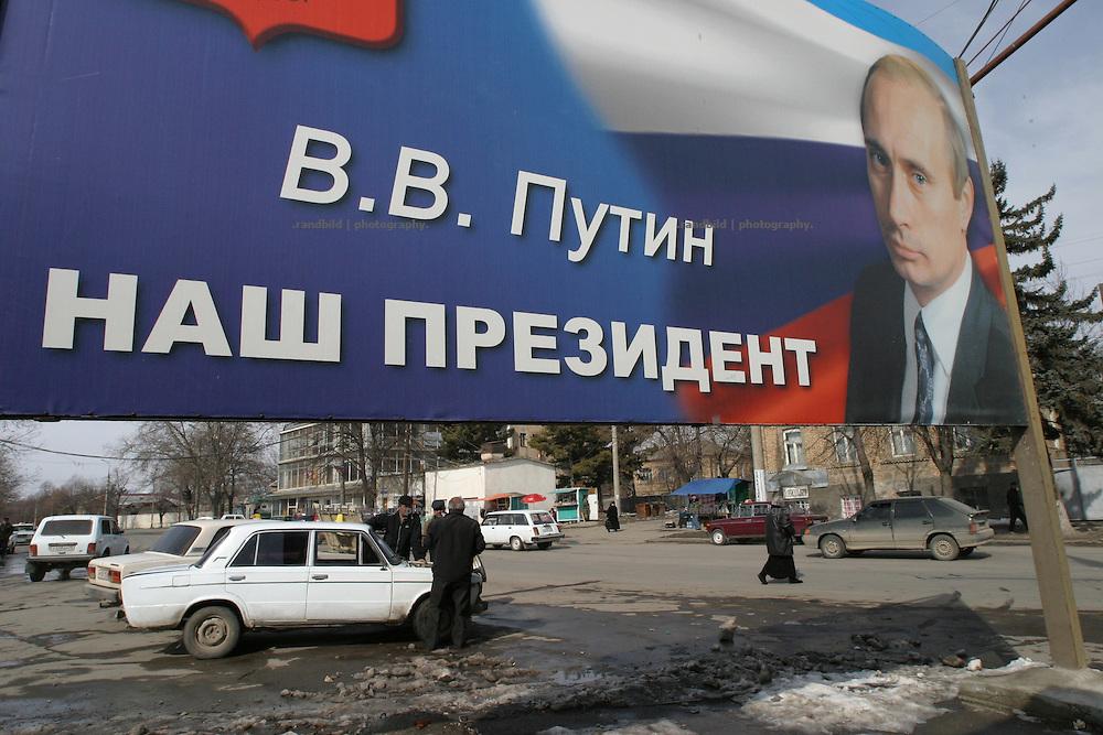 """Ein Plakat erklärt in Zchinvali Wladimir Putin zum Präsidenten Südossetiens: """"Unser Präsident"""". Südossetien erklärte sich 1990 selbsständig und konnte den folgenden Sezessionskrieg gegen die Georgier für sich entscheiden. Zwischen Georgien und der abtrünnigen Region, die den Anschluß an die Russische Förderation fordert, kommt es trotz des Waffenstillstandsabkommens von 1992 immer wieder zu bewaffneten Ausseinandersetzungen. (A billboard in Zchinvali declares Vladimir Putin as president of South Ossetia. South Ossetia is a de facto independent republic located within the internationally recognized borders of Georgia. Although this former Soviet autonomous region has declared its independence in 1990. After the following civil war between georgians and ossetians ends in 1992, most parts of the territory is ossetian controlled, while some villages with georgian population are administrated by an georgian """"Alternative Government"""".)"""