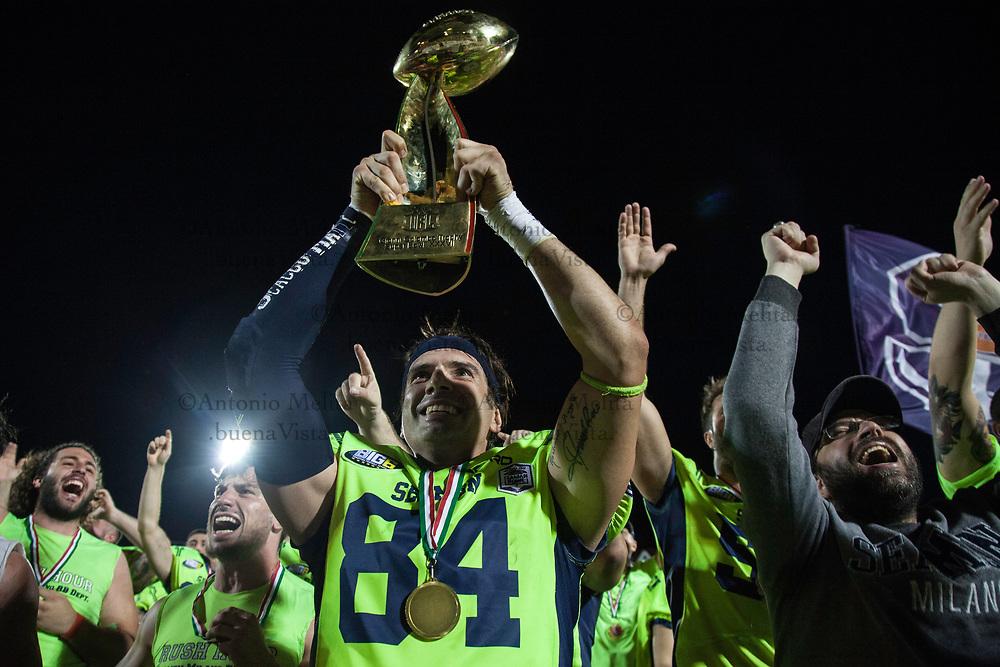 I Seamen vincono la finale-derby contro i Rhinos e conquistano l'Italian Bowl 2017. Di Tunisi Stefano alza il trofeo.