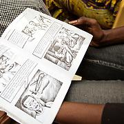 Khadijatou Kandji, lycéenne, montre un dessin animé réalisé pour sensibiliser les jeunes à ne pas partir; beaucoup des jeunes sont partis en pirogue de Thiaroye pour rejoindre les Canaries, surtout autour du 2005, 2006, 2007. Beaucoup d'entre eux ne sont jamais arrivés ni rentrés