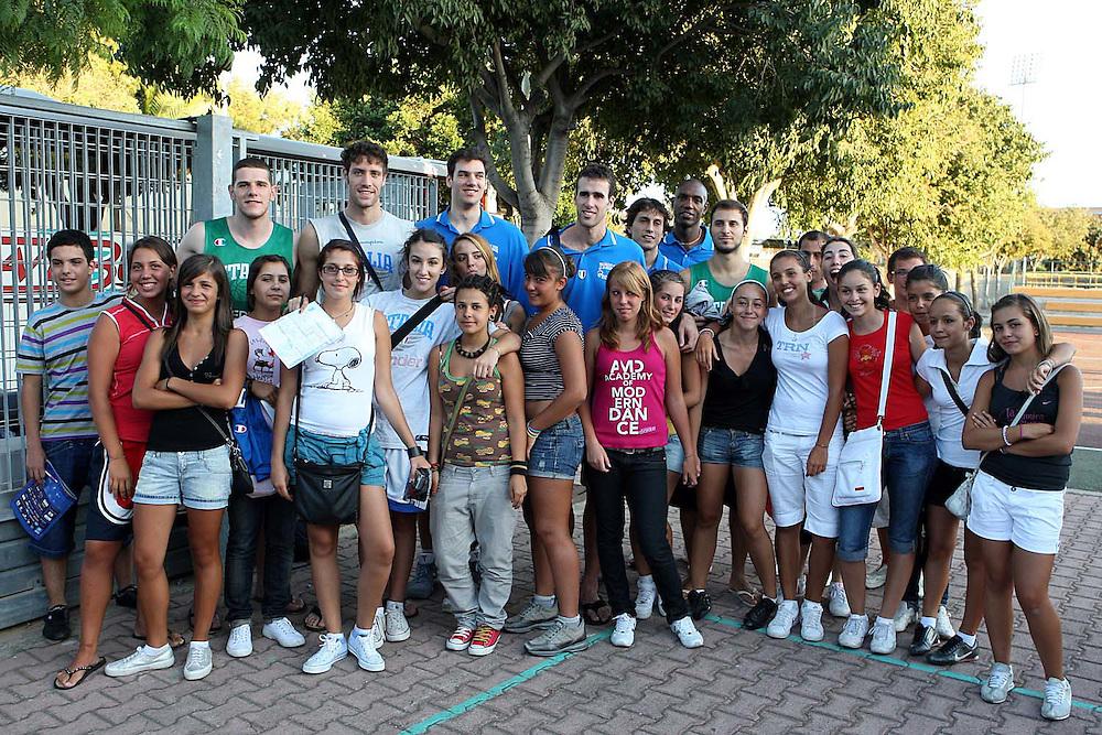 Cagliari, 04/08/2009<br /> Allenamenti Nazionale Italiana Maschile Senior<br /> Nella foto: Amoroso, Gigli, Crosariol, Datome, Mordente, Giachetti, tifosi<br /> Foto Ciamillo