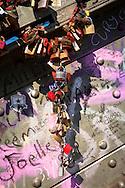 Europa, Deutschland, Koeln, Vorhaengeschloesser als Liebesschloesser (ital. Lucchetti d'Amore) am Zaun entlang des Fussweges der Hohenzollernbruecke ueber den Rhein. Die Schloesser mit Gravuren werden nach einem Brauch von Verliebten an Bruecken angebracht. Der Schluessel wird anschliessend in den Rhein geworfen.<br /> <br /> Europe, Germany, Cologne, padlocks on fence of footpath of the Hohenzollern railway bridge. Young couples seal their love with engraved padlocks and throw the key into the flowing river Rhine below.