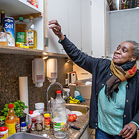 Nederland, Amsterdam, 3 februari 2017.<br /> Mevrouw Hoogvliet is bewoonster van de z.g. wuifwoning in de Poeldijkstraat.<br /> De Poeldijkstraat 10 biedt onderdak aan ruim 180 bewoners van De Rijswijk, De Veste en het Passantenverblijf en is ook kantoor is voor het Mobiel Team. Het pand  telt twaalf verdiepingen en biedt dus het mooiste uitzicht over de stad. <br /> Er wonen 40 bewoners verdeeld over de vier verdiepingen. De tweede verdieping is aangepast voor bewoners met een bovengemiddelde fysieke zorgbehoefte. Op die kamers is het bijvoorbeeld mogelijk om een alarm te krijgen en is er voor de bewoners een specifiek zorgplan. Het pand is rolstoelvriendelijk. Alle medicatie is bij de begeleiding in beheer en er zijn vier uitdeelmomenten per dag.<br /> <br /> Er wonen acht bewoners in een zelfstandige flat op drie minuten lopen van het pand aan de Poeldijkstraat. Zij hebben ook een mentorkoppel die hen begeleidt vanuit de Veste. Bewoners van de flat hebben hun medicatie in eigen beheer.<br /> Op de foto: Mevrouw Hoogvliet kookt op vrijdag altijd voor de bewoners in de keuken van de activiteitencentrum.<br /> <br /> Foto: Jean-Pierre Jans