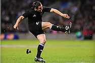 London - Saturday, December 5th 2009: Mike Delany of New Zealand kicks a penalty during the game at Twickenham, London. ..(Pic by Alex Broadway/Focus Images)