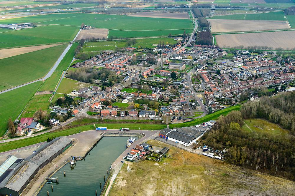 Nederland, Noord-Brabant, Gemeente Moerdijk, 01-04-2016; het dorp Moerdijk , met links de Steenweg. Onder de haven aan het Hollandsch Diep.<br /> Noerdijk, village at Hollands Diep, border between Brabant and Holland.<br /> <br /> luchtfoto (toeslag op standard tarieven);<br /> aerial photo (additional fee required);<br /> copyright foto/photo Siebe Swart