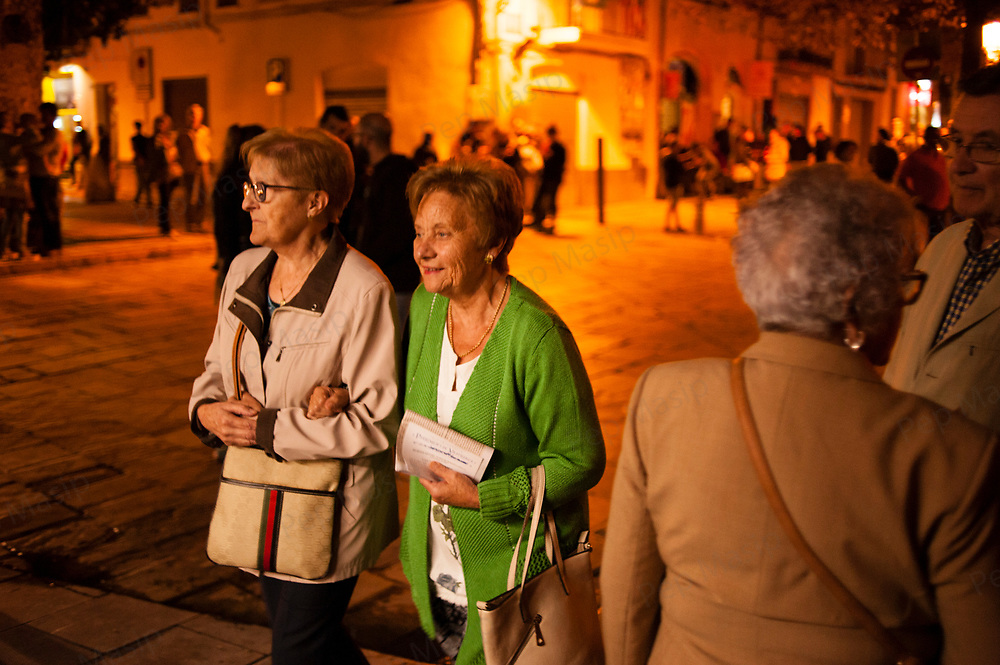 Vilafranca del Penedes, Catalonia, Spain. Saturday, 30 September 2017. Two Ladies leading into the Torres i Bages public Library to get a glimpse. Parents and families are doing many kinds of activities at tomorrows Catalan referendum polling stations. Activists and families will spend the night inside their assigned polling stations as a measure to try to avoid the closure of the schools by the police. Vilafranca del Penedes, Catalonia, Spain.