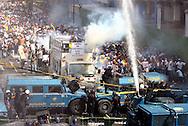 Estudiantes venezolanos manifiestan frente a miembros de la Policía Metropolitana, mientras éstos lanzan algunas bombas lacrimógenas, durante una marcha realizada en Caracas hoy, 1 de noviembre de 2007, en rechazo al proyecto de reforma constitucional impulsado por el presidente venezolano, Hugo Chávez para diciembre próximo. Las diferentes marchas llegaron hasta la sede del Poder Electoral. (ivan gonzalez)..