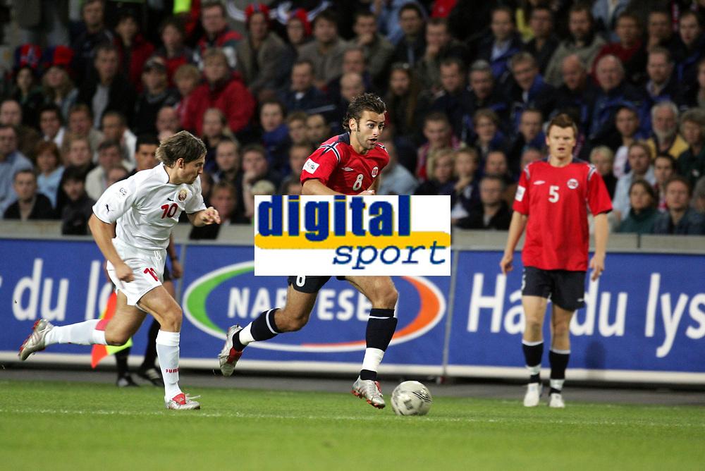 Fotball<br /> VM-kvalifisering<br /> Norge v Hviterussland<br /> Ullevaal stadion<br /> 8. september 2004<br /> Foto: Digitalsport<br /> Magne Hoset, Norge, Vyachlesav Hleb, Hviterussland