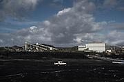 Il carbonile, deposito del carbone trattato, sullo sfono l'impanto di trattamento e di raccolta delle scorie
