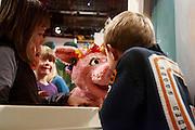 Een jongetje geeft Purk een kusje. Winnaars van de diverse wedstrijden ter gelegenheid van het 35-jarig bestaan van Sesamstraat in Nederland mogen een kijkje achter de schermen nemen. Er wordt onder andere een nieuw decorstuk, ontworpen door de winnaars, onthuld.<br /> <br /> A boy gives the Dutch Sesame Street character Purk a kiss. Children and their parents are invited to visit the set of Sesame street as part of the celebration of 35 years of Sesame Street in The Netherlands.