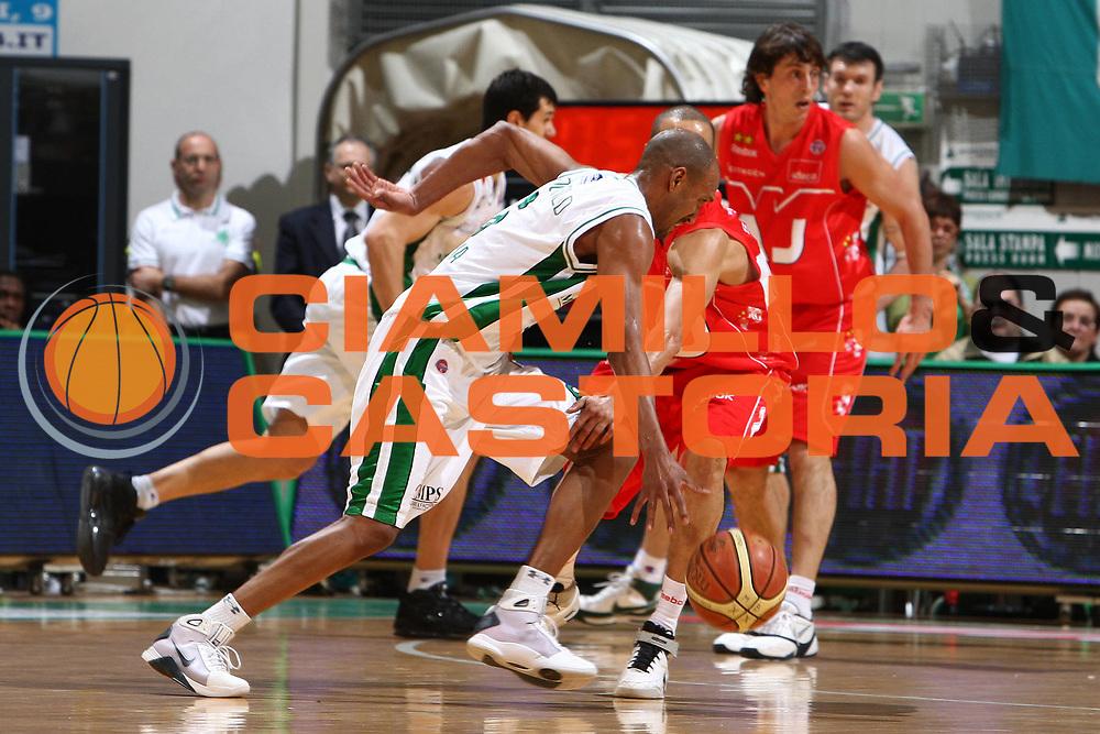 DESCRIZIONE : Siena Lega A1 2008-09 Montepaschi Siena Armani Jeans Milano<br /> GIOCATORE : Arriel McDonald<br /> SQUADRA : Montepaschi Siena<br /> EVENTO : Campionato Lega A1 2008-2009 <br /> GARA : Montepaschi Siena Armani Jeans Milano<br /> DATA : 18/01/2009 <br /> CATEGORIA : palleggio<br /> SPORT : Pallacanestro <br /> AUTORE : Agenzia Ciamillo-Castoria/E.Castoria